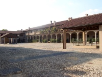Cascina Sant'Ambrogio (cortile interno) - By MarkusMark - via Wikimedia Commons